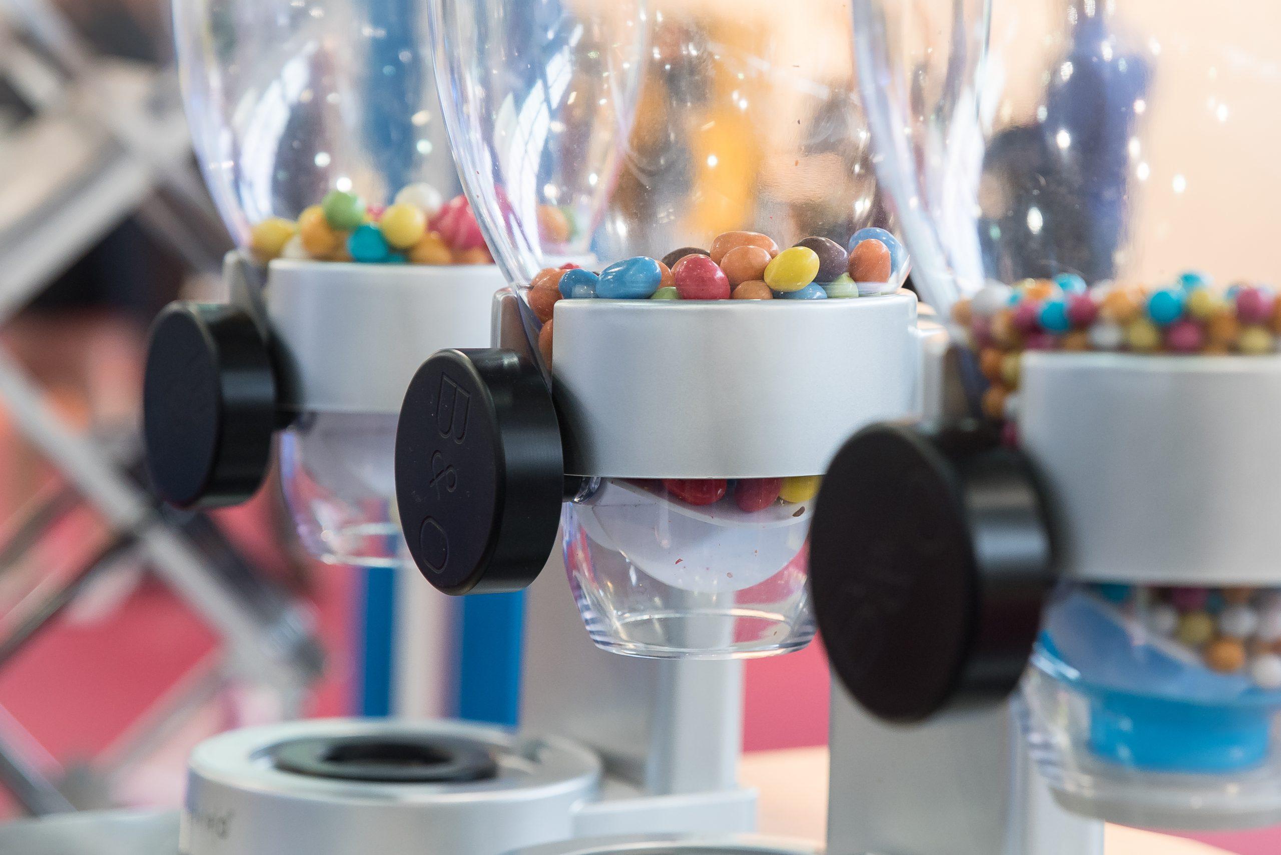Cukorkát osztogató robottal az Ipar Napjain